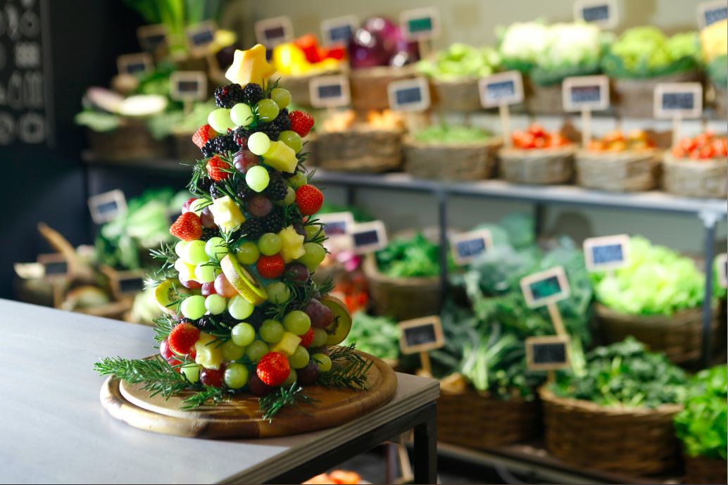 albero con uva, kiwi,fragole, ananas, more, rosmarino