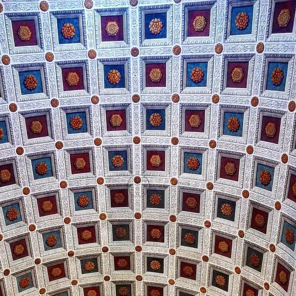 Come una scacchiera il soffitto della navata della Chiesa dihellip